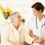Một số lưu ý khi mua bảo hiểm sức khỏe cho người già